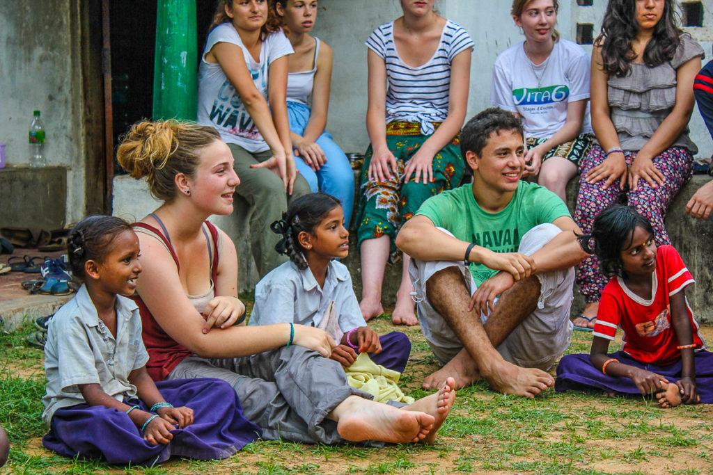 Inde - groupe assis avec petites filles BD