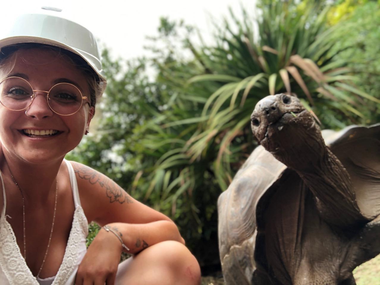 Rodrigues - Réserve François Leguant, Camille avec tortue